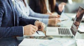 L'équipe d'affaires travaille avec les documents financiers sur le lieu de travail dans le bureau Images stock