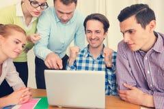 L'équipe d'affaires travaillent ensemble image libre de droits