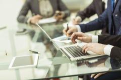 L'équipe d'affaires utilisant un ordinateur portable fait un rapport de vente sur le lieu de travail photos stock