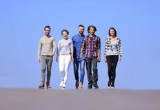 L'équipe d'amis sûrs avancent Photographie stock libre de droits