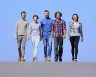 L'équipe d'amis sûrs avancent Images libres de droits