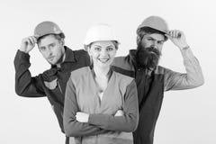 L'équipe d'architectes, constructeurs, travailleurs jetant un coup d'oeil derrière le chef a isolé le fond blanc Équipe et concep Photo libre de droits