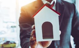 L'équipe d'homme d'affaires acceptent d'acheter de nouveaux immobiliers pour le travail fonctionnant photographie stock