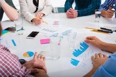 L'équipe d'homme d'affaires travaille ensemble sur des statistiques de société travail d'équipe d'isolement par illustration noir Photo libre de droits