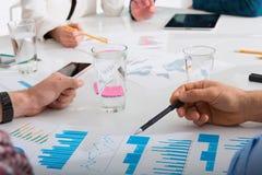 L'équipe d'homme d'affaires travaille ensemble sur des statistiques de société travail d'équipe d'isolement par illustration noir Photos libres de droits