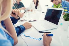 L'équipe d'homme d'affaires travaille ensemble sur des statistiques de société travail d'équipe d'isolement par illustration noir Image libre de droits