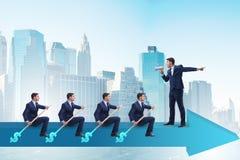 L'équipe d'hommes d'affaires dans le concept de travail d'équipe avec le bateau Images stock