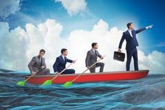 L'équipe d'hommes d'affaires dans le concept de travail d'équipe avec le bateau Photo libre de droits