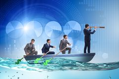 L'équipe d'hommes d'affaires dans le concept de travail d'équipe avec le bateau Images libres de droits