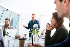 L'équipe d'hommes d'affaires travaillent ensemble dans le bureau Concept de travail d'équipe et d'association Image libre de droits