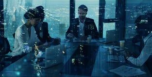 L'équipe d'hommes d'affaires travaillent ensemble dans le bureau Concept de travail d'équipe et d'association Photo stock