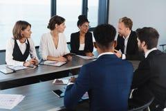 L'équipe d'hommes d'affaires travaillent ensemble dans le bureau Concept de travail d'équipe et d'association Images libres de droits