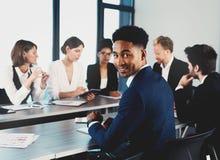 L'équipe d'hommes d'affaires travaillent ensemble dans le bureau Concept de travail d'équipe et d'association Images stock