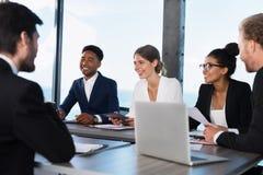 L'équipe d'hommes d'affaires travaillent ensemble dans le bureau Concept de travail d'équipe et d'association Image stock