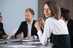 L'équipe d'hommes d'affaires travaillent ensemble dans le bureau Concept de travail d'équipe et d'association Photographie stock