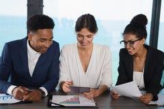 L'équipe d'hommes d'affaires travaillent ensemble dans le bureau Concept de travail d'équipe et d'association Photos libres de droits