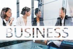 L'équipe d'hommes d'affaires travaillent ensemble dans le bureau Concept de travail d'équipe et d'association Photos stock