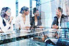 L'équipe d'hommes d'affaires travaillent ensemble dans le bureau Concept de travail d'équipe et d'association Photographie stock libre de droits