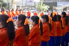 L'équipe de chef d'étudiants apportent pour encourager dans le jour de jour d'école de sport Images libres de droits