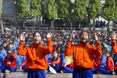 L'équipe de chef d'étudiants apportent pour encourager dans le jour de jour d'école de sport Photo libre de droits