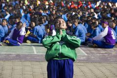 L'équipe de chef d'étudiants apportent pour encourager dans le jour de jour d'école de sport Photos libres de droits
