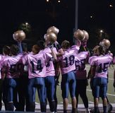 L'équipe de football de lycée supporte le cancer du sein Image stock
