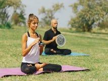 L'équipe de forme physique s'exercent en parc Concept de yoga photo stock