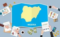 L'équipe de nation de croissance de pays d'économie du Nigéria Afrique discutent avec la vue de cartes de pli à partir du dessus Photos libres de droits