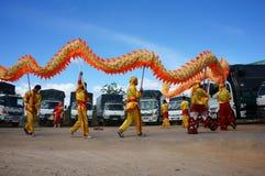 L'équipe de personnes exécutent la danse de dragon Photos libres de droits