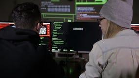 L'équipe de pirate informatique cassant le système de sécurité backview Cybercriminalité, concept de sécurité de cyber banque de vidéos