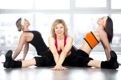 L'équipe de trois femelles ont la séance d'entraînement de danse dans la classe Photographie stock