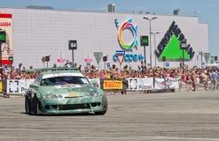 L'équipe de voiture de dérive X-ronde écrit la courbure avec le glissement Images stock