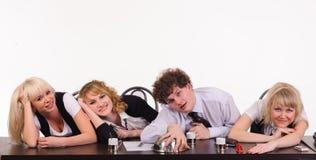 L'équipe ennuyeuse d'affaires s'asseyent ensemble au bureau photos stock