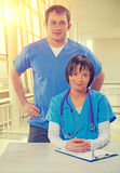 L'équipe médicale soigne l'instagram de regard masculin et femelle d'appareil-photo Image stock