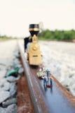 L'équipe (miniatures) fait l'entretien du train de vintage Image stock