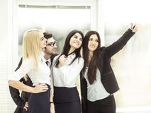 L'équipe réussie d'affaires fait un selfie dans le lobby du bureau moderne Image stock