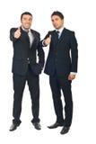 L'équipe réussie d'hommes d'affaires donnent des pouces Photos stock
