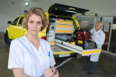L'équipement complet dans la voiture médicale répondent photos libres de droits