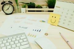 L'équipement d'affaires placé sur la table de travail incluent le clavier, souris, Photos stock