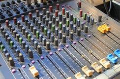 L'équipement de boutons pour le contrôle de mixeur son Images libres de droits