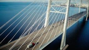 L'équipement de foudre sur le câble de pylône en métal est resté le pont au-dessus de la mer dans la ville développée clips vidéos