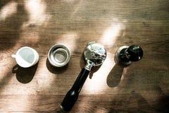 L'équipement de la cafetière classique a arrangé sur la surface en bois photographie stock libre de droits