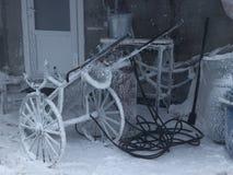 L'équipement de soudage à gaz est parti pendant l'hiver dedans dehors image stock