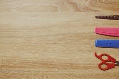 L'équipement du coiffeur mis sur la table en bois images libres de droits