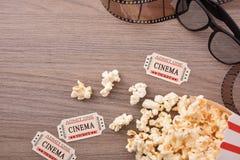 L'équipement et les éléments du cinéma avec les verres 3d complètent Photos libres de droits