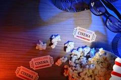 L'équipement et les éléments du cinéma ont coloré les verres 3d supérieurs de lumières Photos stock