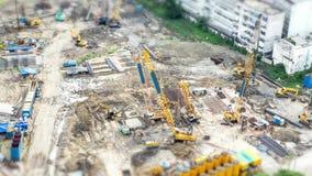 L'équipement et les travailleurs lourds marchent à un chantier de construction banque de vidéos