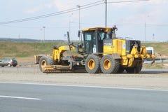 L'équipement fonctionne à la réparation de la route Image stock