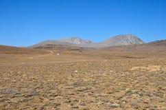 L'équipement scientifique par la route dans Deosai sec et stérile raffine Gilgit-Baltistan Pakistan images libres de droits
