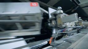 L'équipement spécial fonctionne dans l'imprimerie, fin  clips vidéos